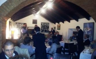 La sala con Simone Della Porta che conduce la degustazione