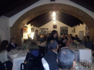 La sala con in fondo Paolo Mazzola che conduce la degustazione