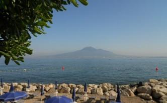 Il Vesuvio, simbolo di Napoli nel mondo, visto dal mare – foto di Novella Talamo