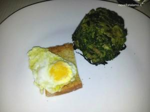 Pancotto di broccoli e uovo di quaglia su crostino all'aglio