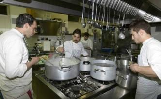 Cristian Torsiello al lavoro in cucina