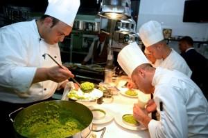 Lorenzo Cuomo al lavoro in cucina