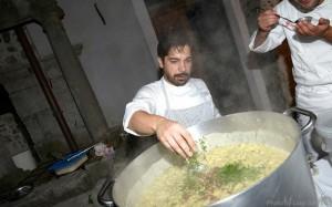 Cristian Torsiello mentre completa la pasta e patate