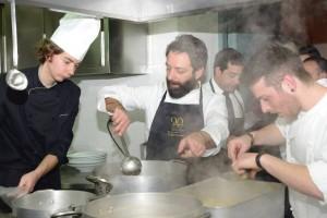 Giuseppe Misuriello con la brigata di cucina