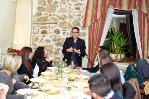 Vito Paternoster mentre illustra agli ospiti i vini e la storia della cantina di famiglia