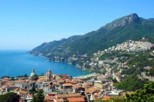 una veduta di Vietri sul Mare - immagine tratta da www.amalfi-coast.com