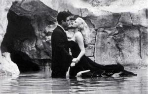 La celebre scena del film La Dolce Vita con Marcello Mastroianni e Anita Ekberg nella Fontana - immagine tratta da wikipedia