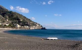 Maiori vista dalla spiaggia - immagine tratta da it.wikipedia.org