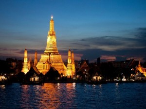 Bangkok, il tempio Wat Arun visto dal fiume Chao Phraya – immagine tratta da globalvoyages.it