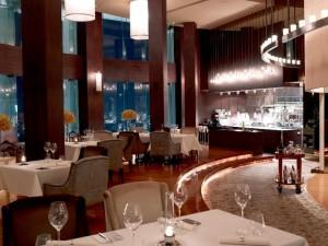 Mezzaluna, la sala con la cucina a vista – foto tratta da lebua.com
