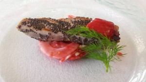 Arte e Gusto, tonno scottato con semi di chia e finocchi al lampone
