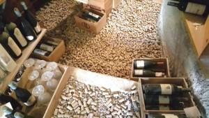 Il Faro di Capo d'Orso, il pavimento della cantina ricoperto di tappi di sughero