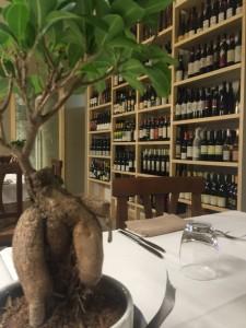 Casa Rispoli, una vista dal tavolo e la parete attrezzata con i vini