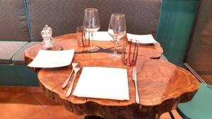 Lo Stuzzichino, uno dei tavoli ottenuti dai tronchi di olivo