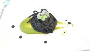 Vini…le, spaghettone al nero di seppia cotta e cruda su crema di piselli