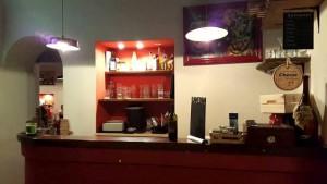Antica Pizzeria De Rossi, il banco bar all'ingresso