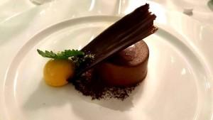 Il Rum è servito, mousse al cioccolato fondente con croccantino alla nocciola e variazione al passion fruit